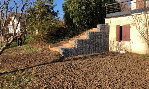 Réalisation d'un escalier et d'un mur en gazon à Chapeiry